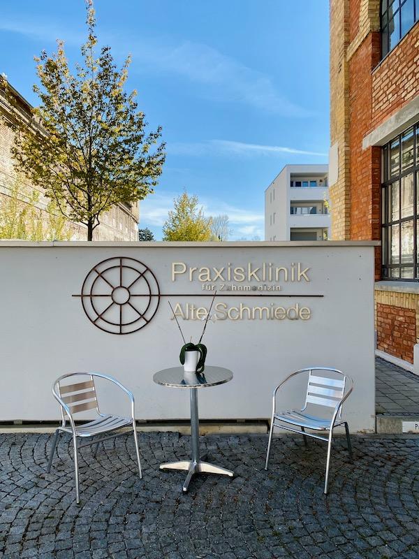 Sitzplätze im Außenbereich als Wartebereich der Zahnarztpraxis Alte Schmiede in Augsburg